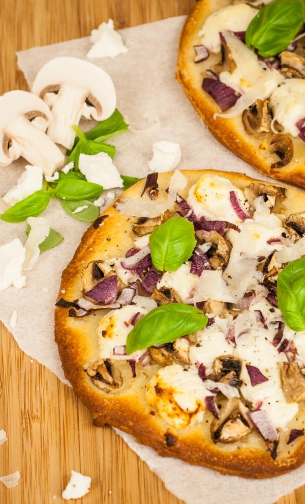 Pizza met geitenkaas, champignons en ui