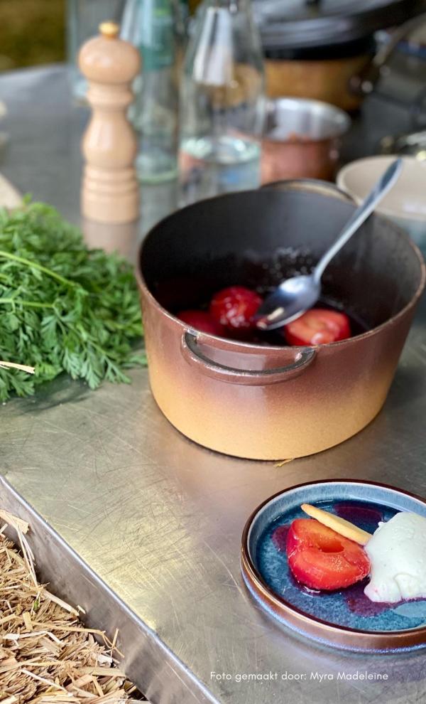 Mousse van geitenyoghurt met pruimen