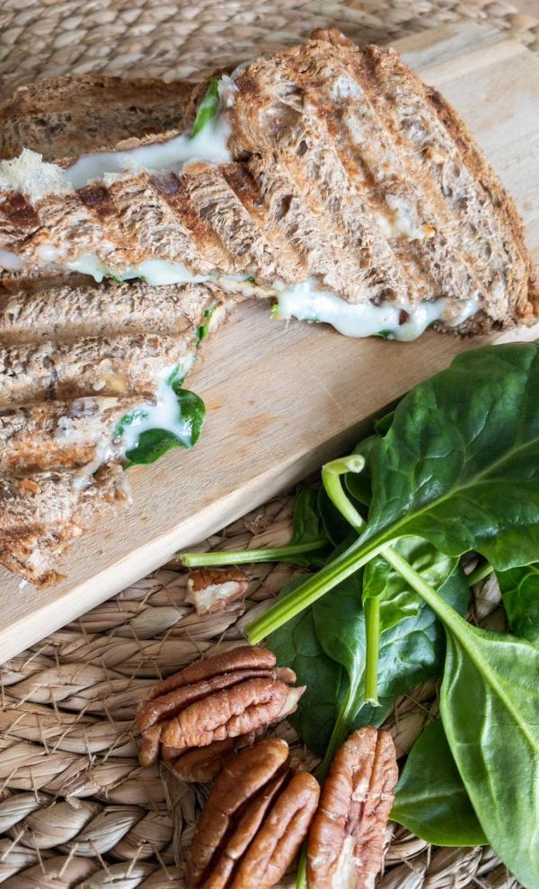 tosti geitenkaas, spinazie en pecannoten